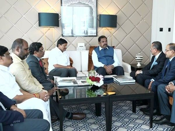 Tamil Nadu CM Edappadi K Palaniswami with Dubai industrialists, துபாய் தொழில் நிறுவனத்தினருடன் முதல்வர் பழனிசாமி