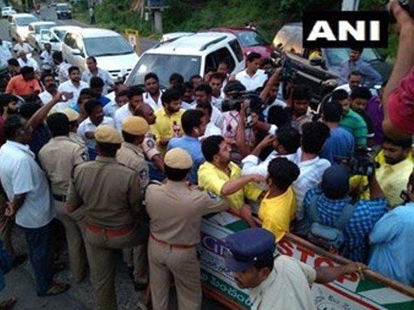 TDP leaders and workers tries to go to Chandrababu Naidu's residence, சந்திரபாபு நாயுடு இல்லத்திற்கு செல்லும் கட்சியினரை காவல்துறைனர் தடுத்து நிறுத்தினர்